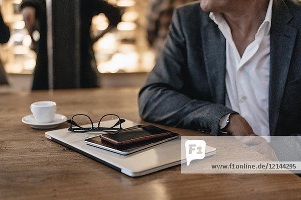 Geschäftsmann bei einer Pause im Café