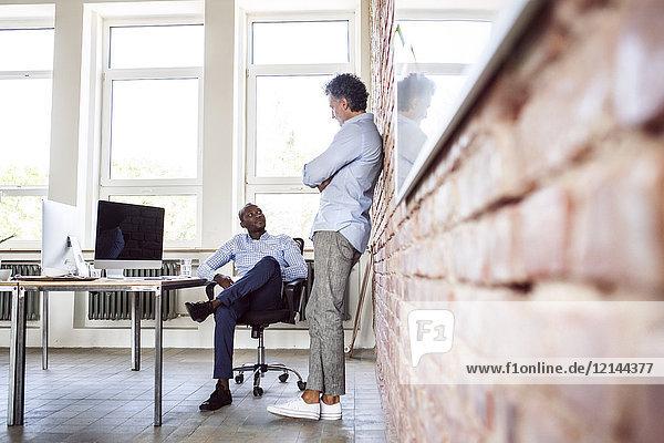 Zwei Kollegen im Loftbüro im Gespräch