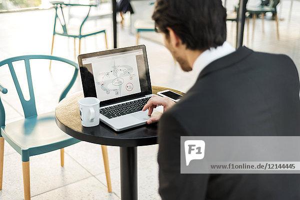 Geschäftsmann bei der Arbeit am Laptop im Freien