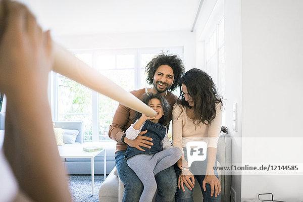 Fröhliches Familienspiel und Spaß mit der Sprechröhre