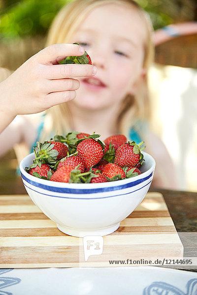 Mädchen essen Erdbeeren Form Schüssel