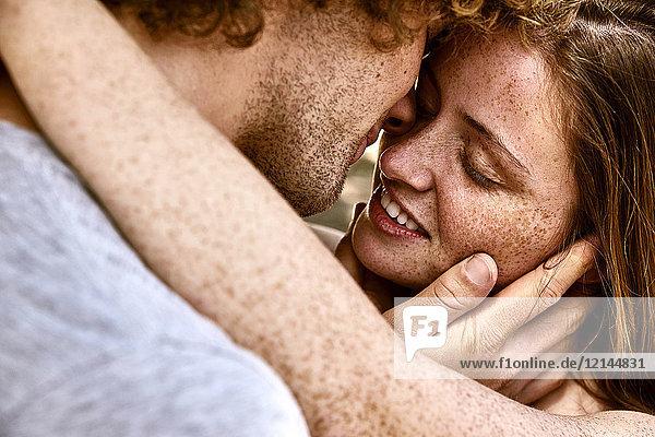 Glückliches junges Paar,  das sich umarmt.