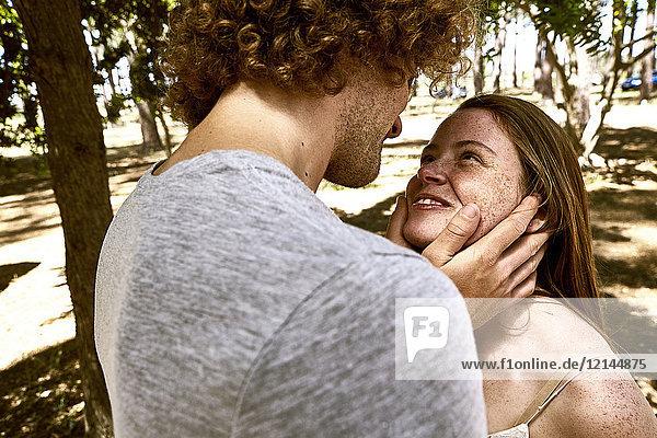Glückliches junges verliebtes Paar im Wald