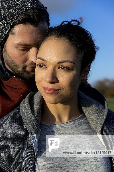 Porträt eines lächelnden jungen Paares in der freien Natur