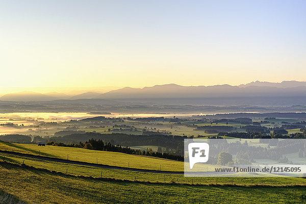 Deutschland  Bayern  Oberbayern  Allgäu  Pfaffenwinkel  Blick vom Auerberg bei Bernbeuren bei Sonnenaufgang