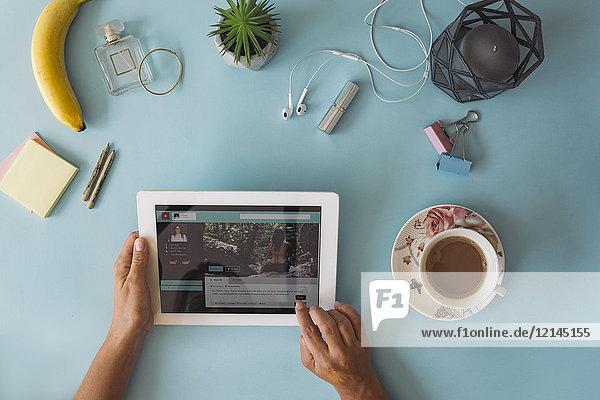 Businesstisch von oben  Hände mit Tablett
