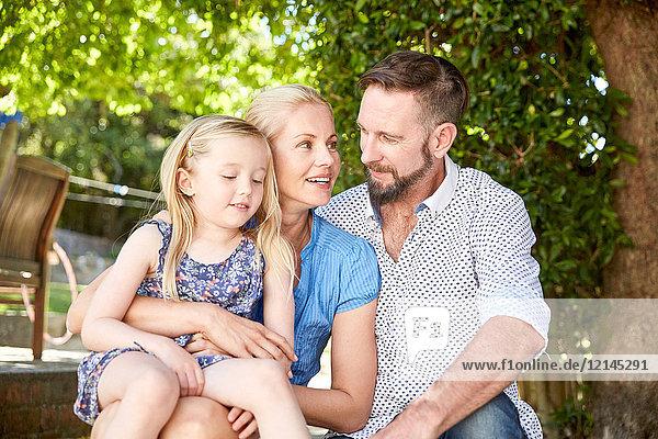 Fröhliches Familienleben im Garten