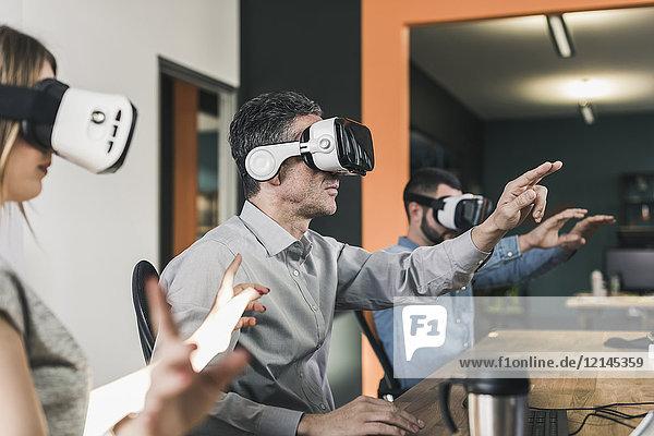 Kollegen mit VR-Brille im Büro