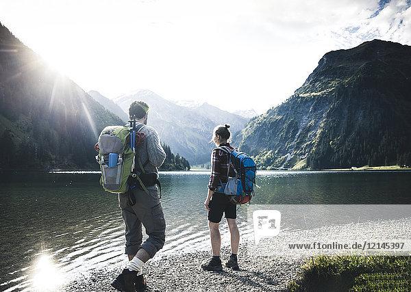 Österreich,  Tirol,  junges Paar beim Wandern am Bergsee