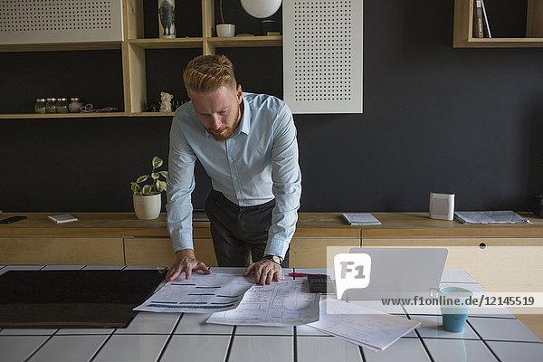 Mann mit Laptop Lernpläne auf dem Tisch zu Hause