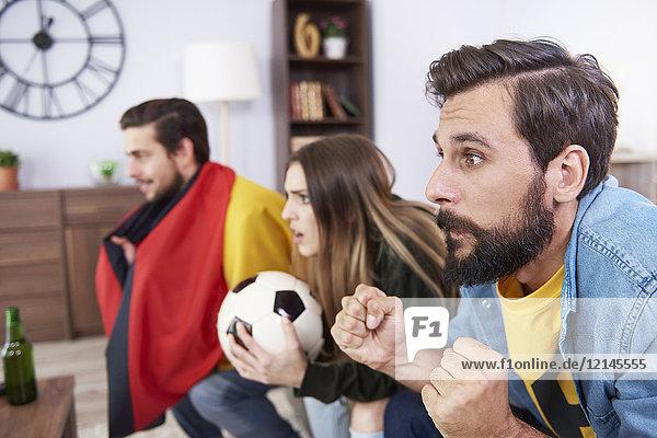 Besorgte deutsche Fußballfans beim Fernsehen