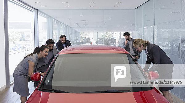Kunden suchen Neuwagen im Autohaus-Showroom