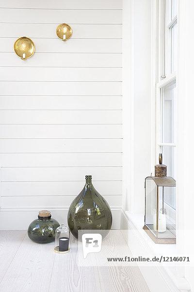 Vasen und Laternen auf der Veranda