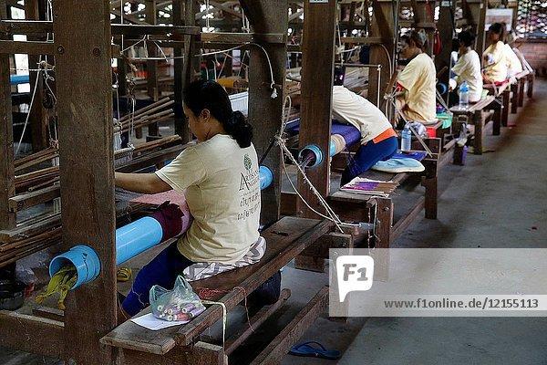 Les artisans d'Angkor' silk workshop.