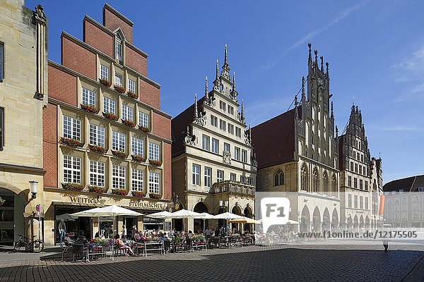 Muenster (Westfalen)  D-Muenster  Westphalia  Muensterland  North Rhine-Westphalia  NRW  gabled houses at the Prinzipal Market Place  row of houses  business houses  residential houses  arcades  pediments  Gothic  3. f. l. Historical City Hall of Muenster  Peace of Westphalia  Peace of Muenster  people sitting in a sidewalk cafe