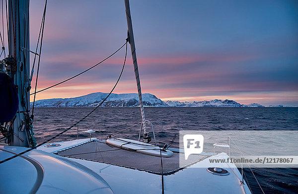 Sonnenaufgang über Fjord  nahe Tromsø  Norwegen  Europa