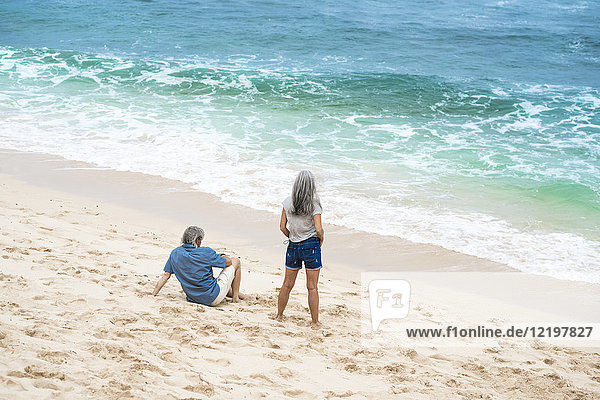 Seniorenpaar am Strand mit Blick aufs Meer