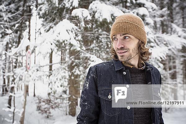 Porträt des Menschen im Winterwald