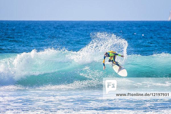 Teenager-Junge beim Surfen im Meer