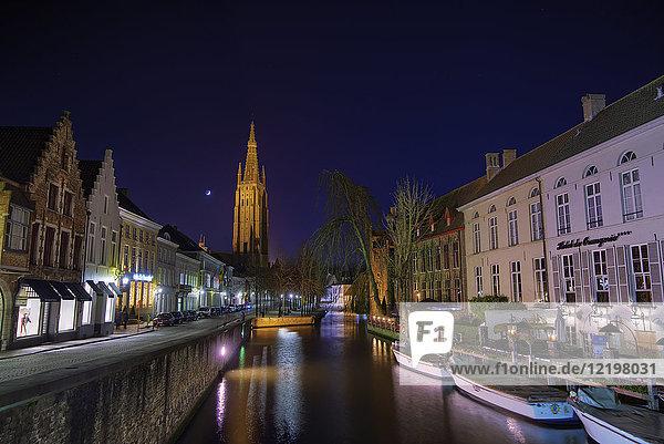 Belgien  Flandern  Brügge  Altstadt  Rozenhoedkaai  Kanal Dijver und Frauenkirche