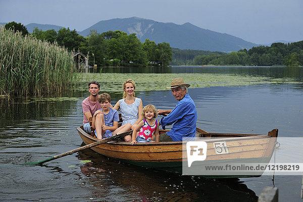 Deutschland  Bayern  Murnau  Gruppenbild der Familie im Ruderboot auf dem Staffelsee