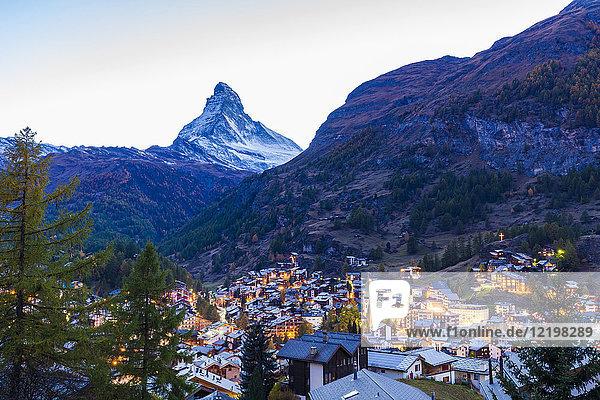Schweiz  Wallis  Zermatt  Matterhorn  Stadtbild  Chalets  Ferienhäuser am Abend