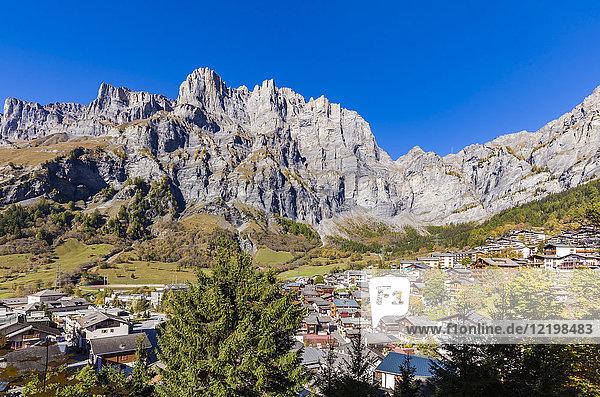 Schweiz  Wallis  Leukerbad  Stadtbild mit Bergmassiv