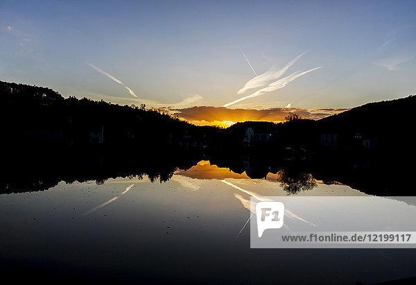 Belgien  Massenfluss bei Sonnenuntergang