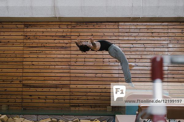 Gymnastik am Sprungtisch in der Turnhalle