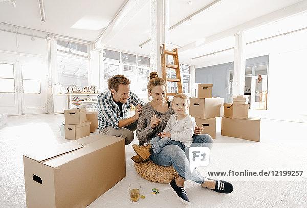 Glückliche Familie zieht in neues Zuhause ein