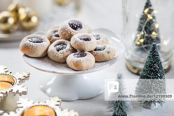 Weihnachtsplätzchen mit Marmeladenfüllung auf Kuchenständer