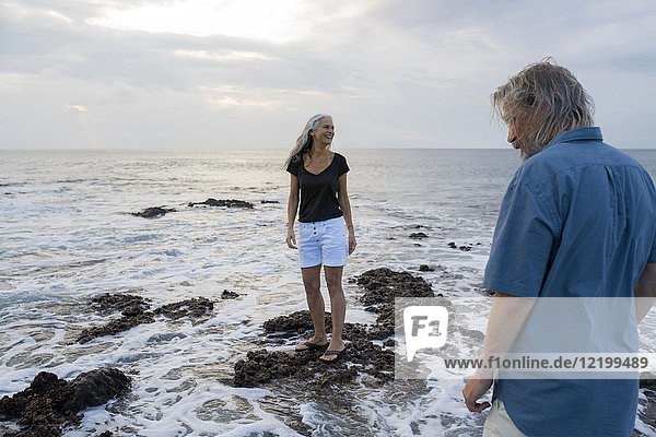 Hübsches Seniorenpaar mit Spaß am Meer