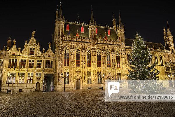 Belgien  Flandern  Brügge  Altstadt  Burgplatz  Rathaus und Weihnachtsbaum bei Nacht