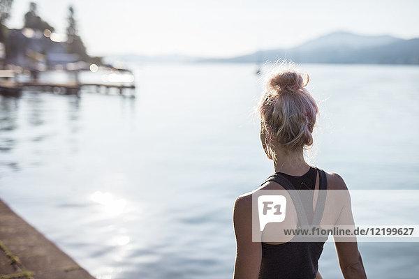 Rückansicht der Frau in Sportbekleidung am See
