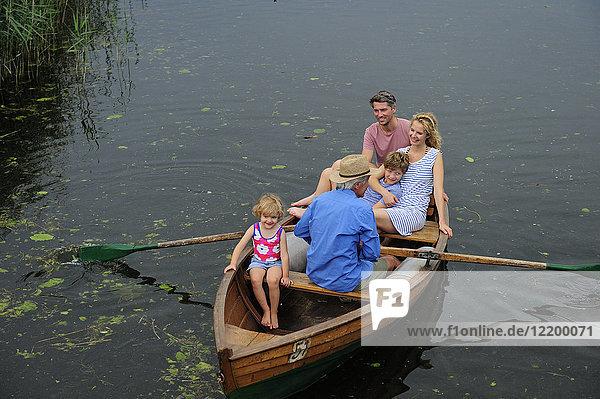 Glückliche Familie im Ruderboot auf dem See