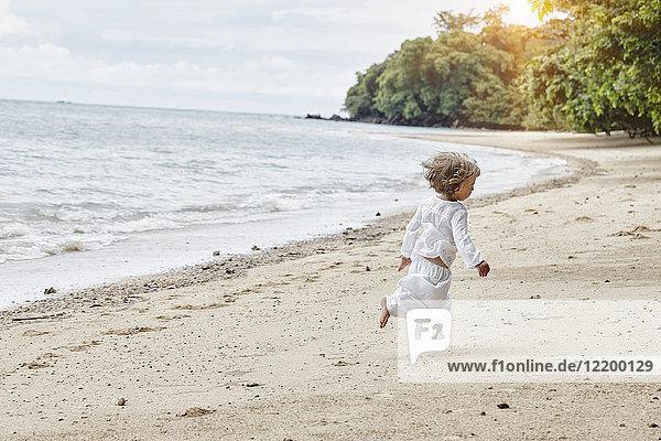 Thailand  Ko Yao Noi  kleines Mädchen  das am Strand läuft