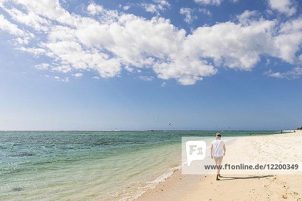 Mauritius  Südwestküste  Indischer Ozean  Strand von Le Morne  Touristinnen am Strand
