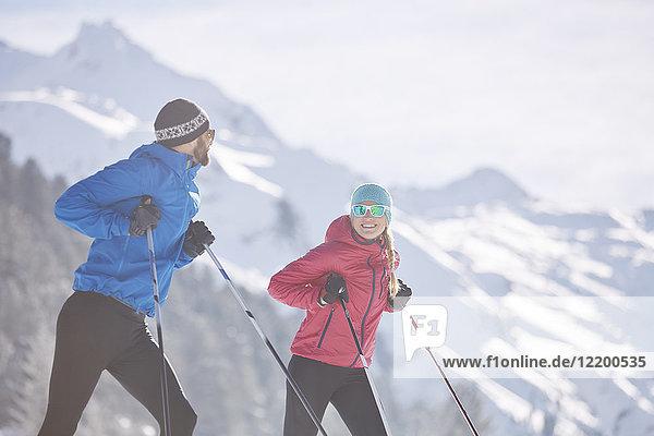 Österreich  Tirol  Lüsens  Sellrain  zwei Langläufer mit Pause