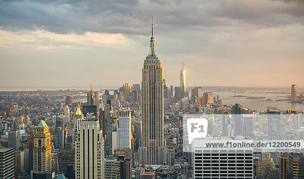 USA  New York  Manhattan  Empire State Building und One World Trade Center im Hintergrund