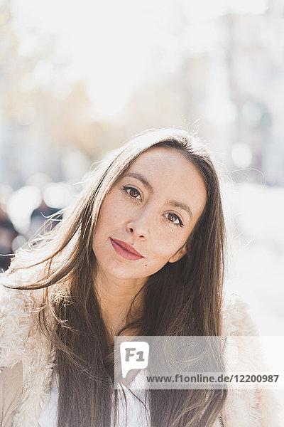Portrait brünette junge Frau