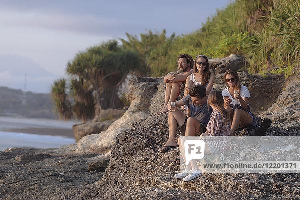 Indonesien  Bali  Lembonganische Insel  Freunde bei einem Drink an der Meeresküste