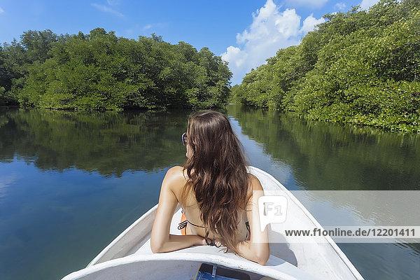 Indonesien  Bali  Lembonganische Insel  Frau auf einer Bootsfahrt