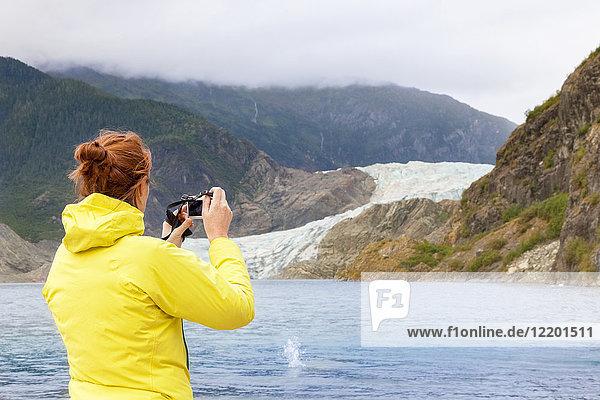 USA  Alaska  Juneau  Touristenfotografin Mendenhall Glacier