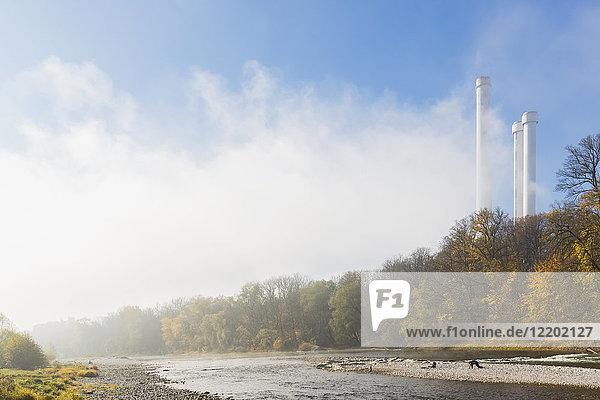 Deutschland  Bayern  München  Isar und Heizkraftwerk Süd