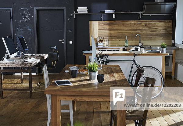 Moderne Büroeinrichtung mit Küche