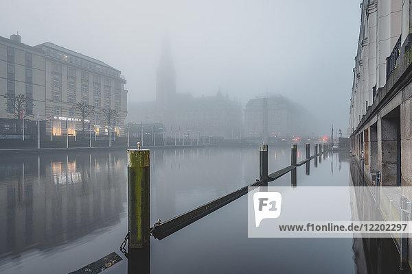 Deutschland  Hamburg  Jungfernstieg  Kleine Alster und Rathaus im Nebel