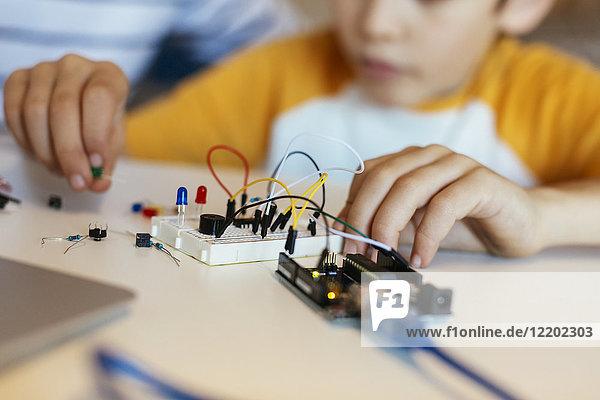 Vater und Sohn beim Zusammenbau eines elektronischen Baukastens