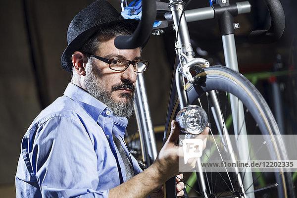 Fahrradarbeiter in der Werkstatt