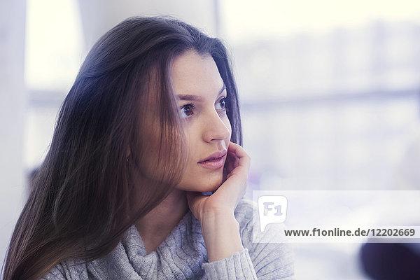 Bildnis einer jungen Frau mit Kopf in der Hand