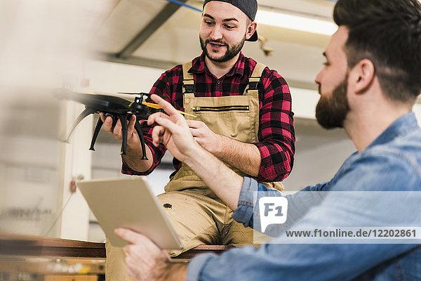 Zwei Männer diskutieren im Workshop über Drohne